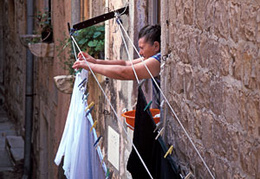 dubrovnik-woman-hanging-laundry